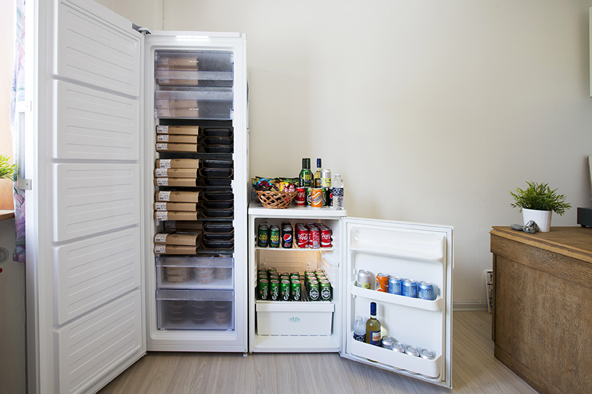 Køb en portion mad fra vores udvalg af retter eller nyd en kold øl/vand med en snack.